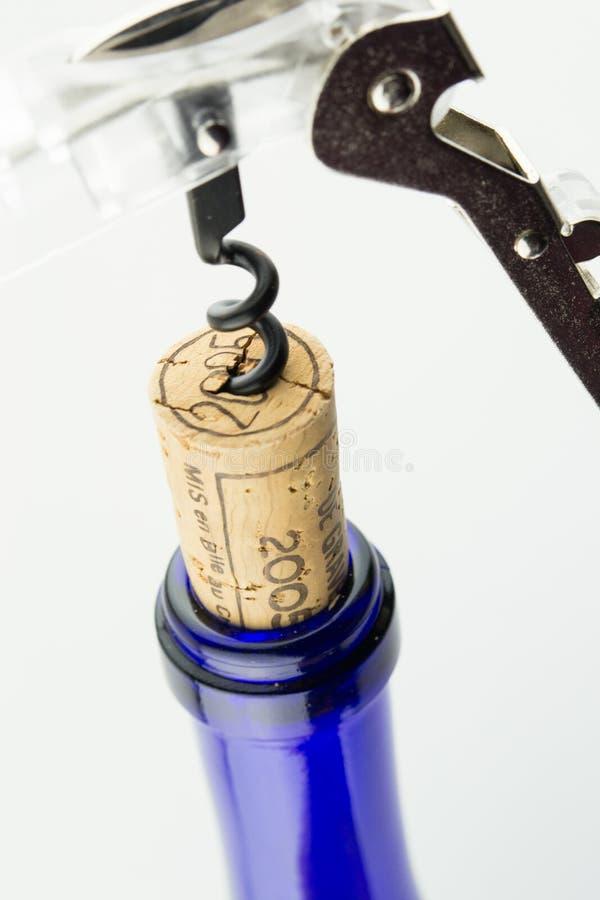 Download Vinho Na Garrafa Azul Com O Corkscrew Isolado Foto de Stock - Imagem de isolado, álcool: 29846002