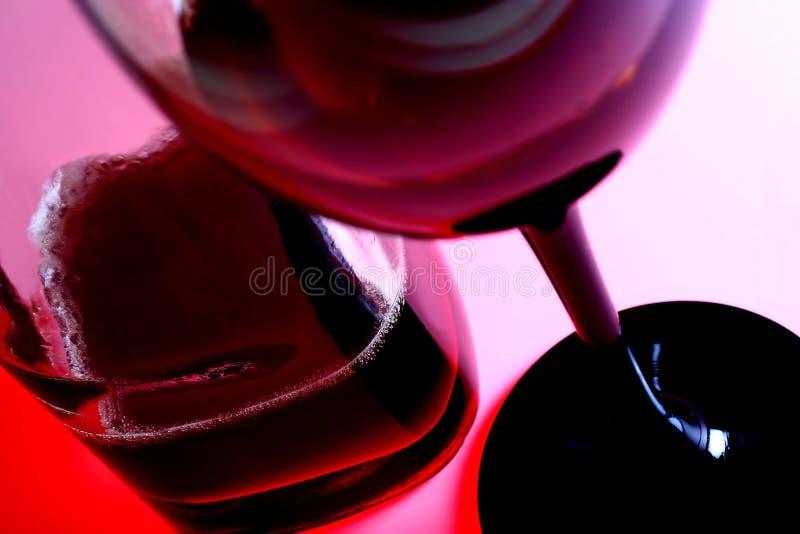 Wineexponeringsglas & buteljerar royaltyfri bild