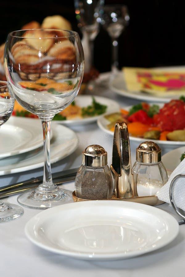 Wineglass, sal e pimenta no restaurante fotografia de stock royalty free