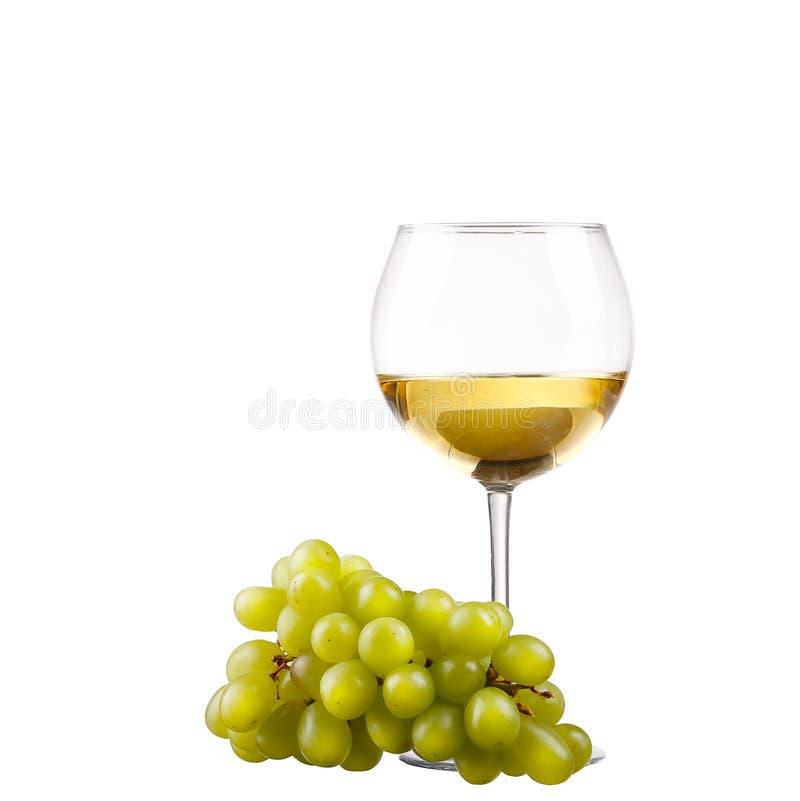 Wineglass z białym winem i winogronem nad bielem obraz stock
