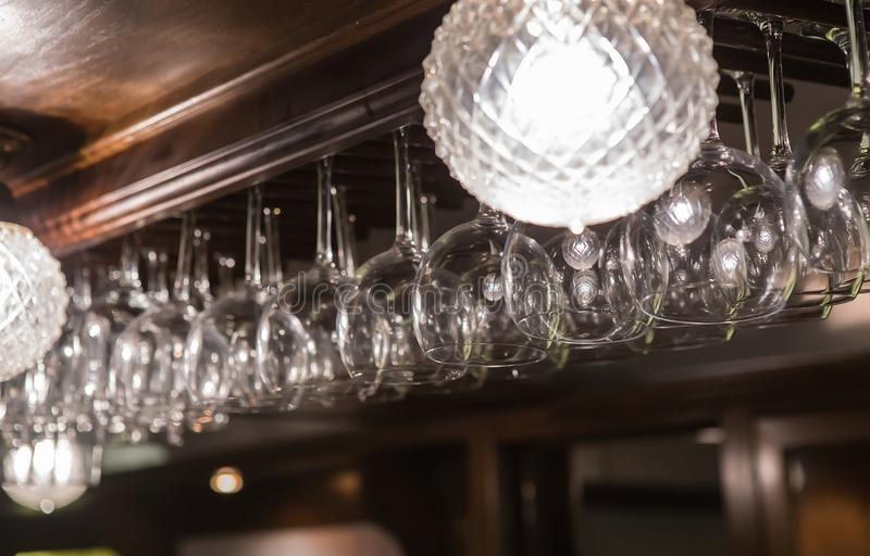 Wineglasses και goblets κρεμούν επάνω από το BA στοκ φωτογραφία με δικαίωμα ελεύθερης χρήσης