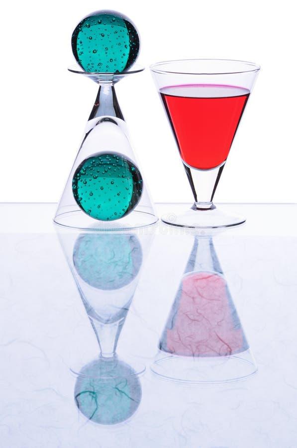 Wineglasses com sheres verdes fotografia de stock