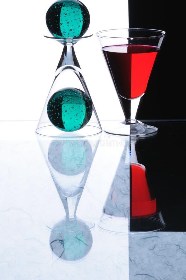 Wineglasses com sheres verdes foto de stock royalty free