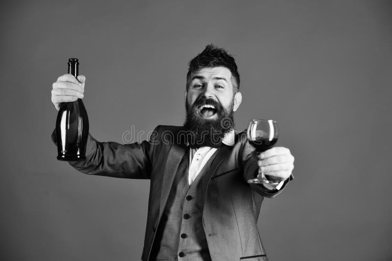 Winetasting et concept de partie Connaisseur avec le tasti heureux de visage photos libres de droits