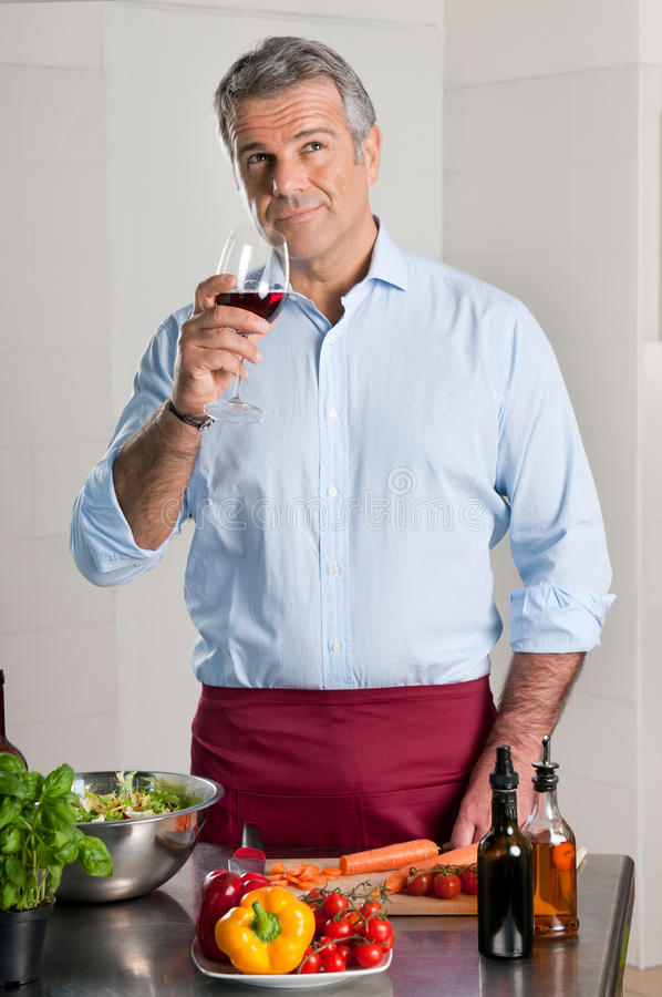 Winetasting terwijl het koken stock fotografie