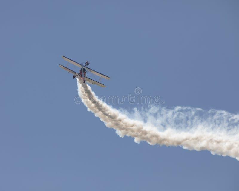 Wing Walker que se realiza en el biplano aeroacrobacia foto de archivo