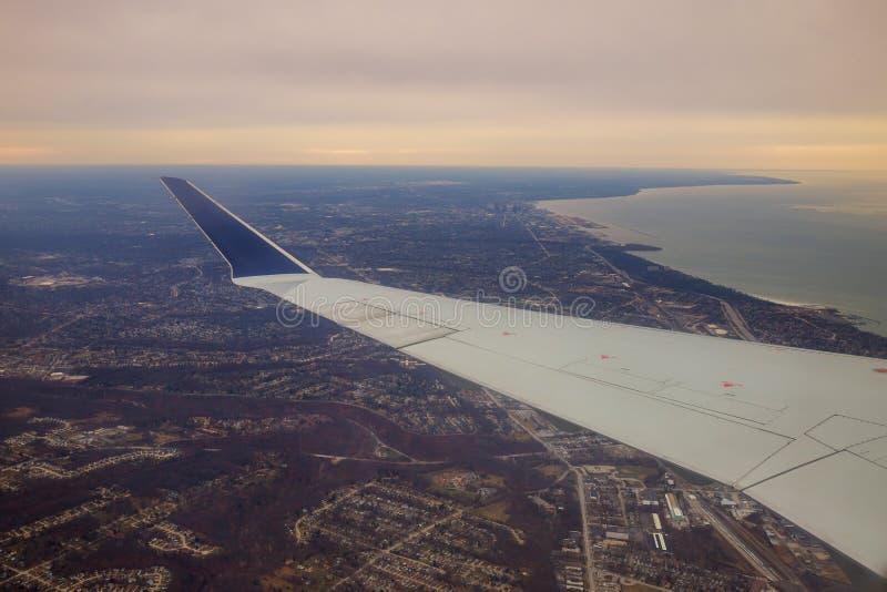Winglet em escuro graduado - céu azul com uma vista da cidade grande abaixo em Cleveland Ohio fotografia de stock