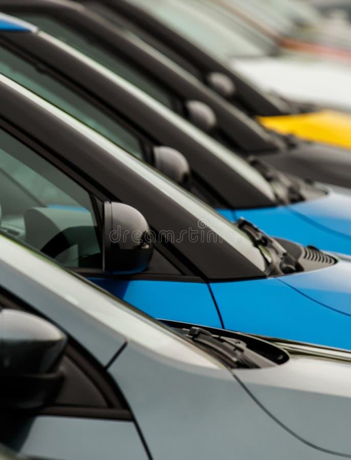 Wingmirrors автомобиля на дисплее на внешнем дворе торговцев стоковая фотография rf