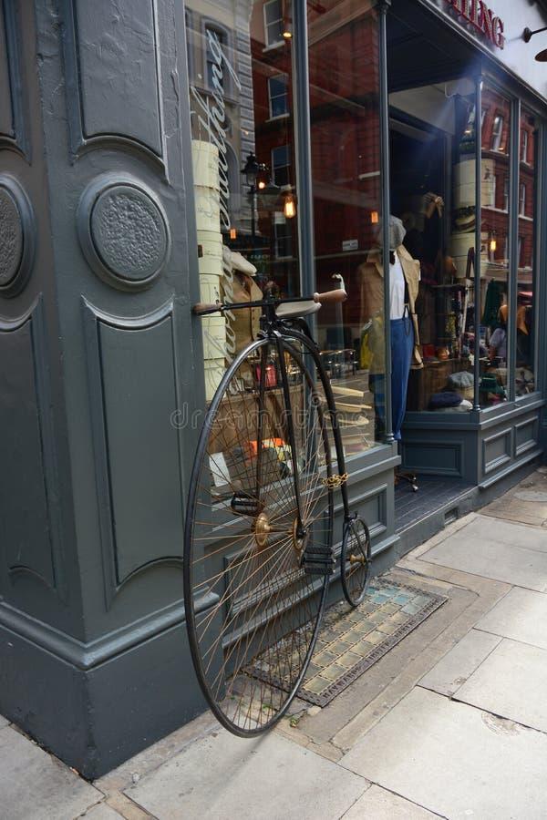 Winkel en antieke fiets royalty-vrije stock foto