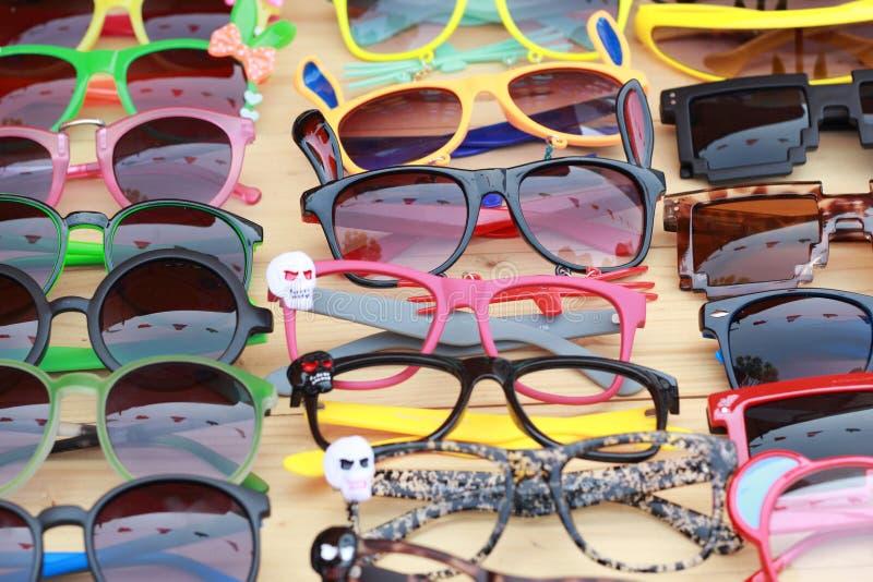 Winkel kleurrijke eyewear in de markt stock fotografie