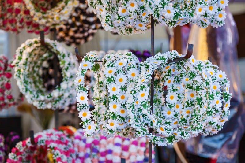 Winkel met bloemen op kronenhoofd stock afbeeldingen