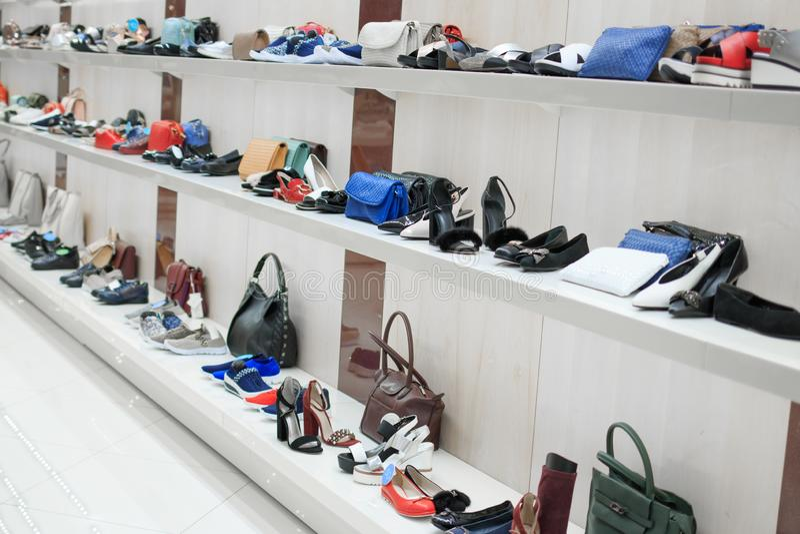 Winkel mooie schoenen en zakken met witte planken en lichte muren royalty-vrije stock fotografie