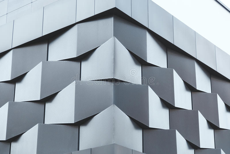 Winkel schwarzes Metallder futuristischen Gebäudewand lizenzfreies stockbild