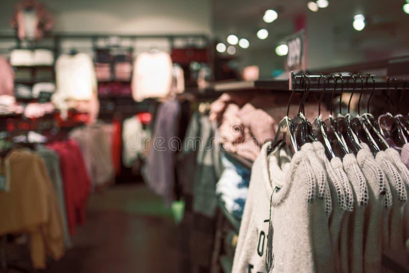 Winkel van vrouwen` s kleren royalty-vrije stock afbeeldingen