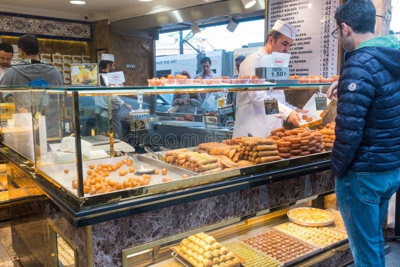Winkel verkopende snoepjes in Istanboel Turkije royalty-vrije stock fotografie