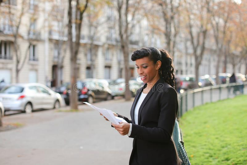 Winkeladviseur die met cliënten door smartphone en te lopen o spreken royalty-vrije stock afbeeldingen
