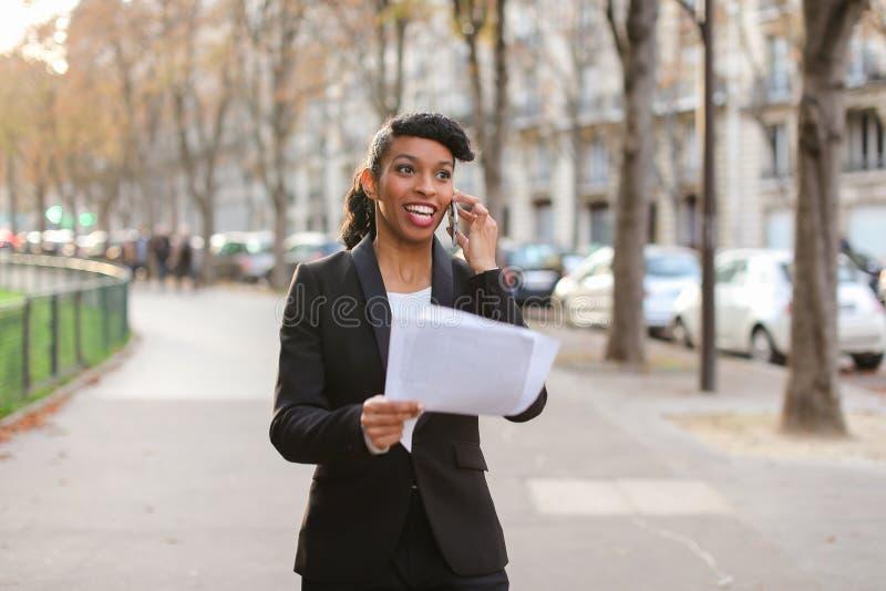 Winkeladviseur die met cliënten door smartphone en te lopen o spreken royalty-vrije stock afbeelding