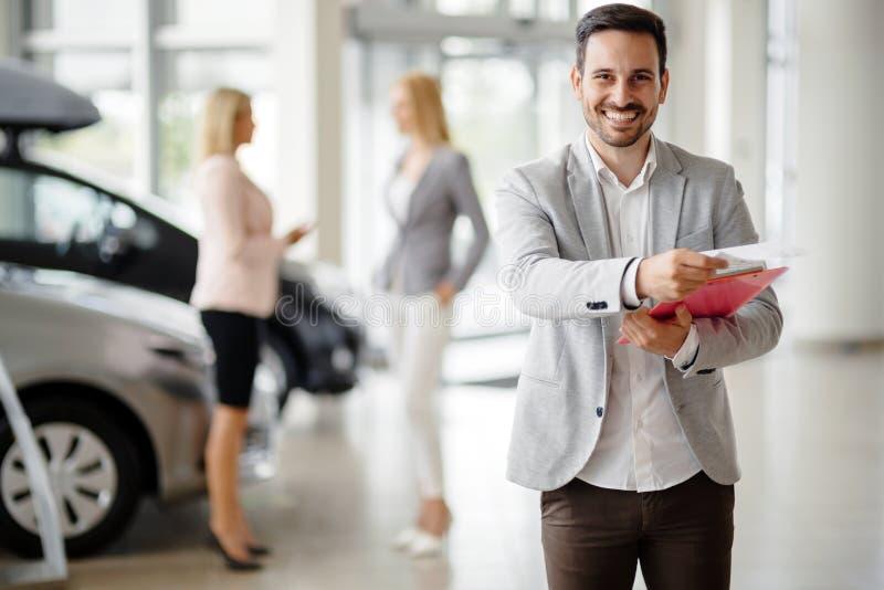 Winkelbediende bij het autohandel drijven royalty-vrije stock afbeeldingen