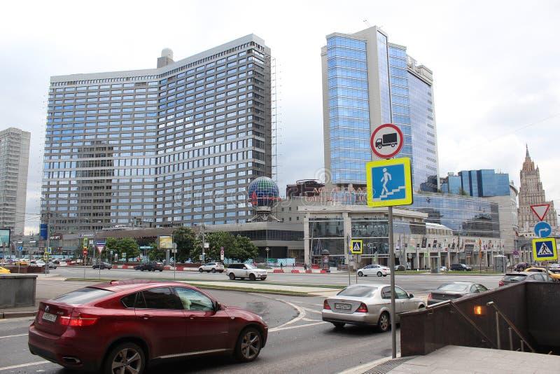 Winkelcentrum Lotte Plaza en reclame van Alpha- Bank stock fotografie