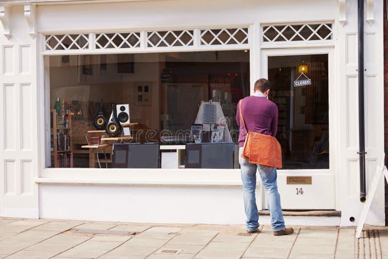 Winkeleigenaar die verslag, CD en hifiwinkel openstellen royalty-vrije stock afbeeldingen