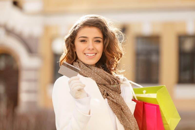 Winkelen gemaakt gemakkelijk! Mooie jonge vrouwen die een creditcard houden stock foto