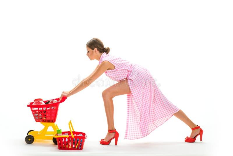 Winkelen online is zo gemakkelijk retro vrouw die producten haasten zich te kopen Onder controle Dagelijkse taken grote verkoop i royalty-vrije stock afbeeldingen