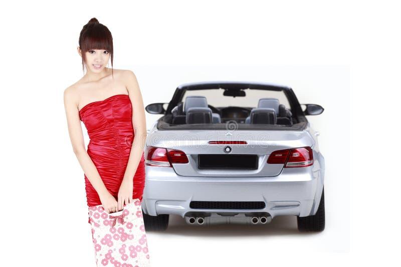 Winkelend meisje met auto royalty-vrije stock afbeeldingen