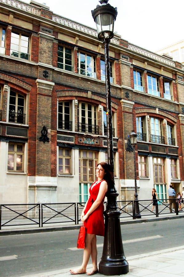 Winkelend meisje op een straat van Parijs royalty-vrije stock foto's