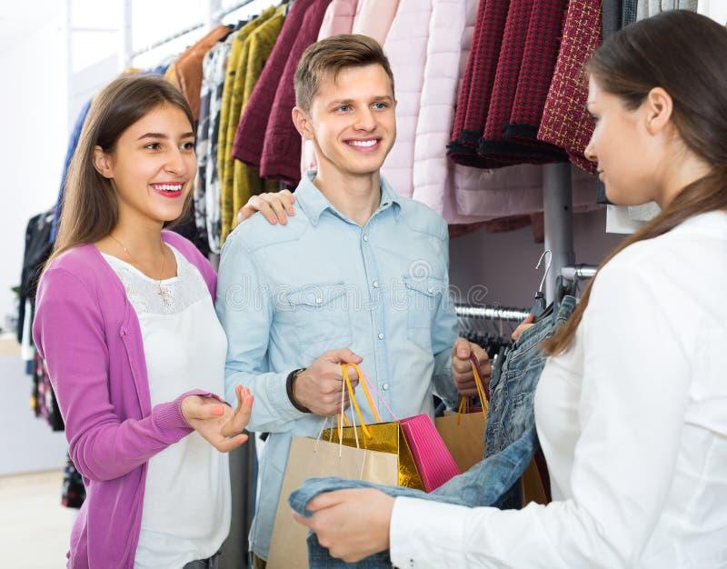 Winkelende adviseur en cliënten stock fotografie