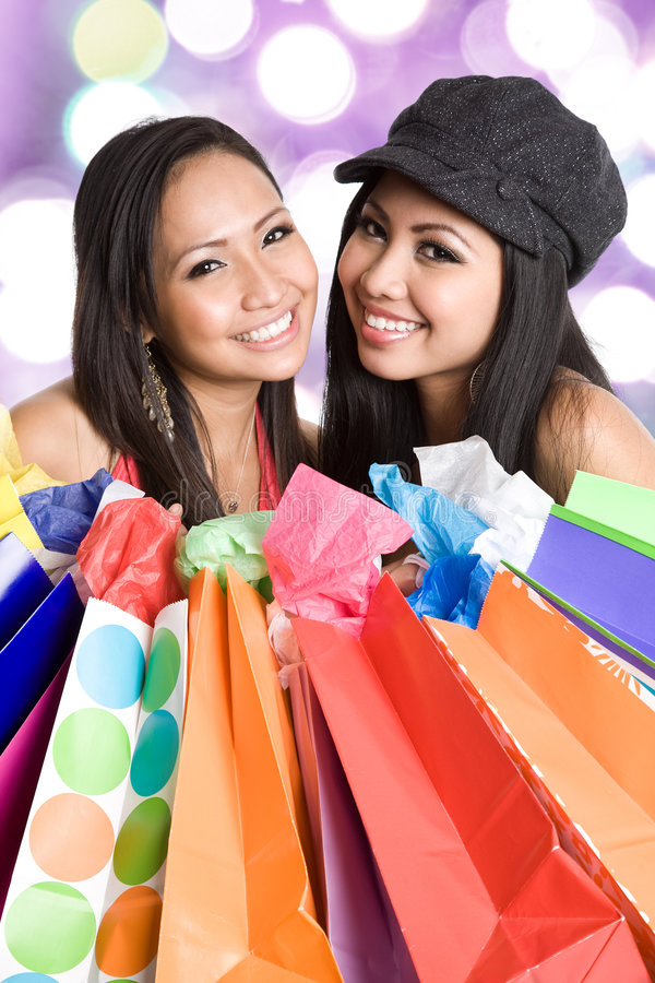 Winkelende Aziatische vrouwen stock foto's