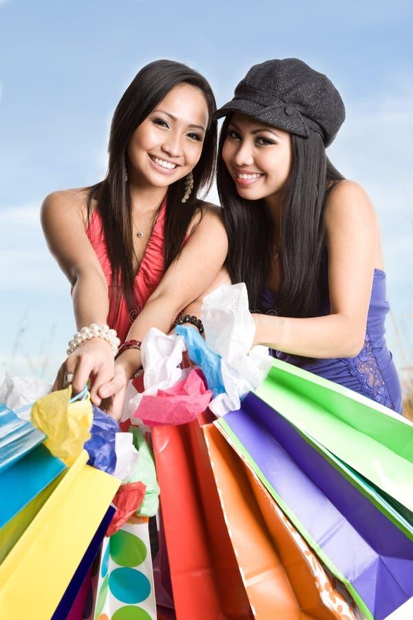 Winkelende Aziatische vrouwen royalty-vrije stock afbeelding