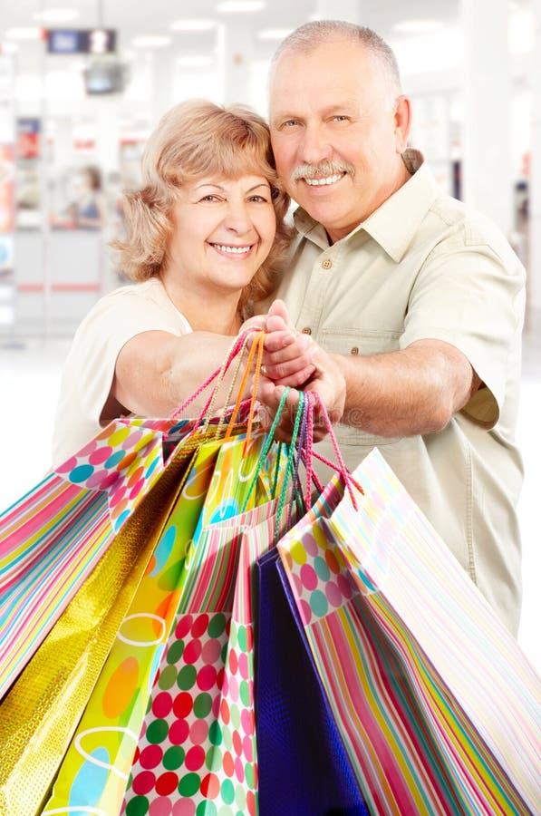 Winkelende bejaarde mensen royalty-vrije stock afbeeldingen