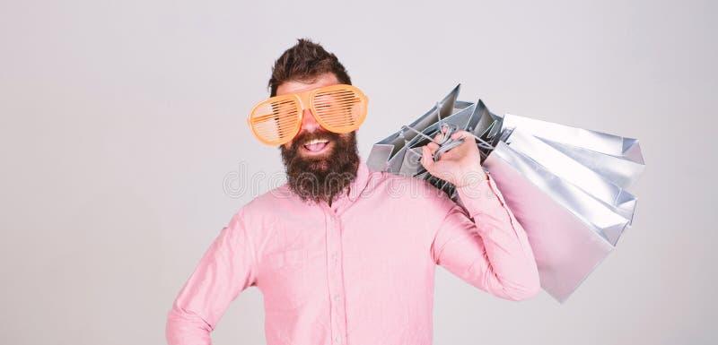 Winkelende gewijde consument Totaal verkoopconcept Mensen gebaarde hipster met partij het winkelen zakken Kon zich tegen geen kor royalty-vrije stock afbeeldingen