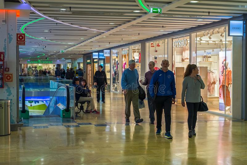 Winkelende mensen bij de wandelgalerij royalty-vrije stock afbeelding