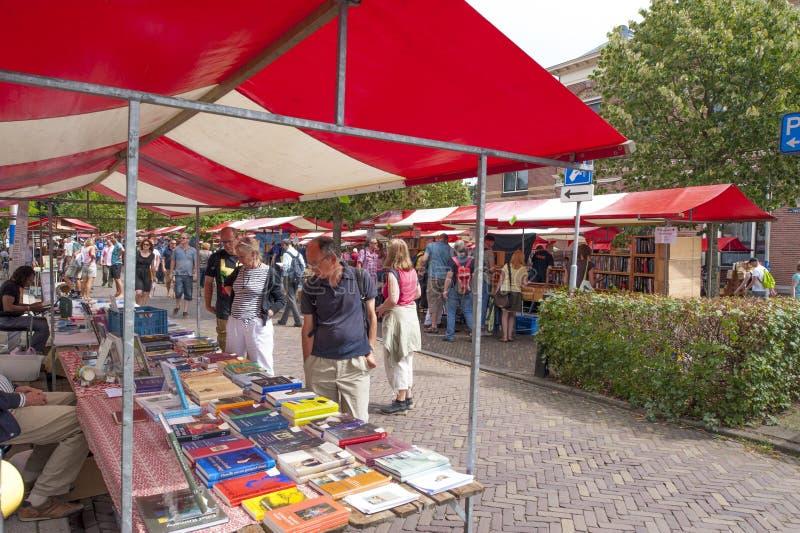 Winkelende mensen bij marktkramen van historische boekenbeurs royalty-vrije stock afbeeldingen