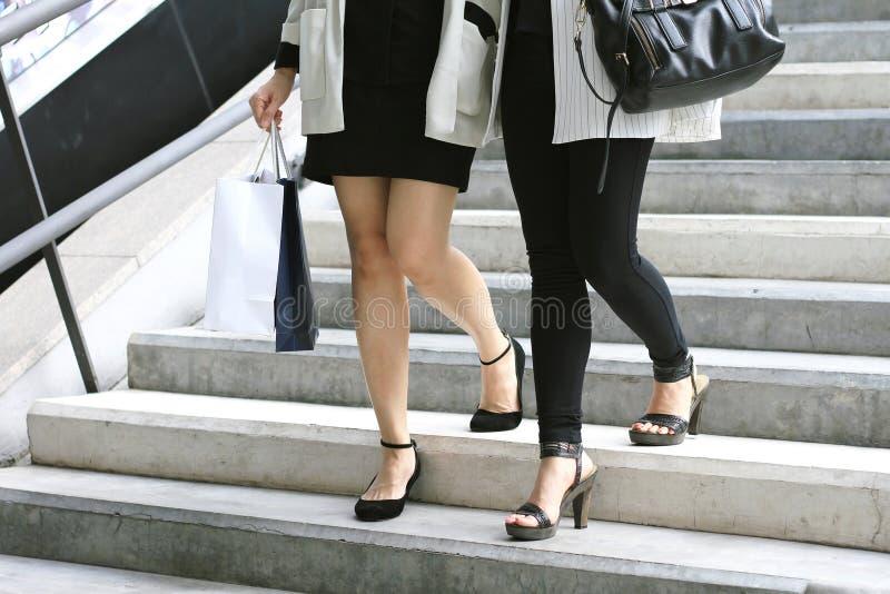 Winkelende minnaar, Vrouwen die het winkelen zakken op de straat houden stock afbeelding