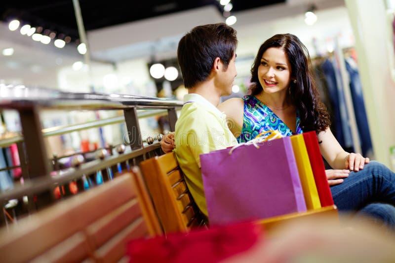 Winkelende minnaars stock fotografie