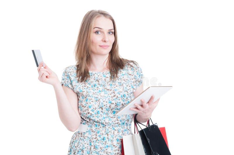 Winkelende vrouw die met zakken online betaling kiezen stock afbeeldingen