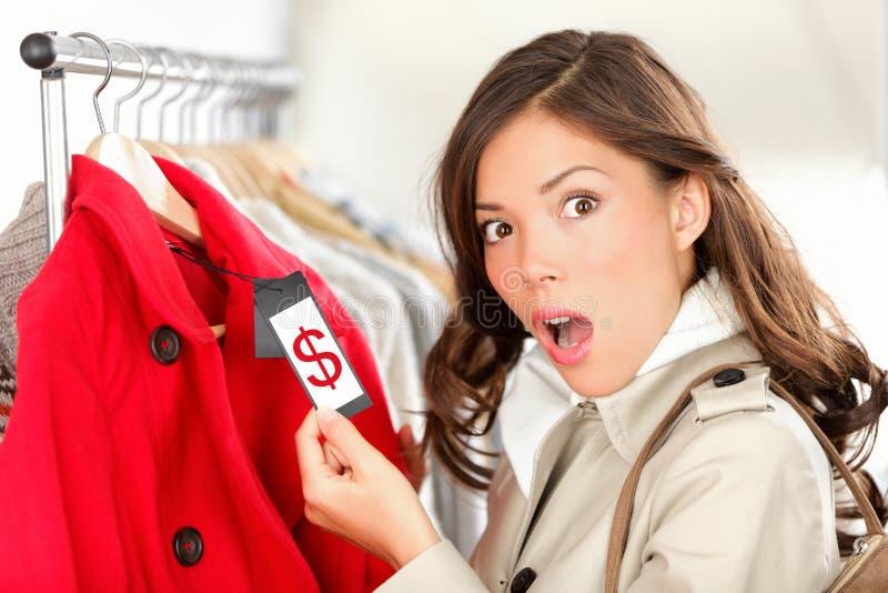 Winkelende vrouw die over prijs wordt geschokt royalty-vrije stock afbeeldingen