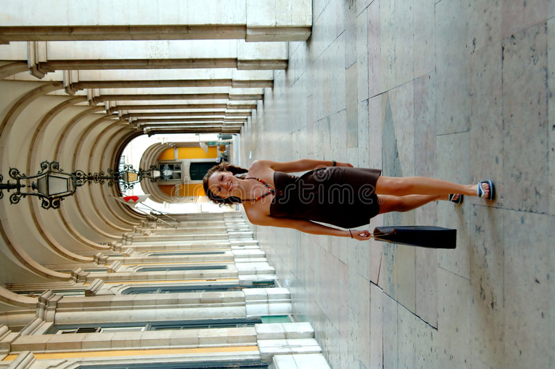 Winkelende vrouw in het plein van Lissabon royalty-vrije stock fotografie