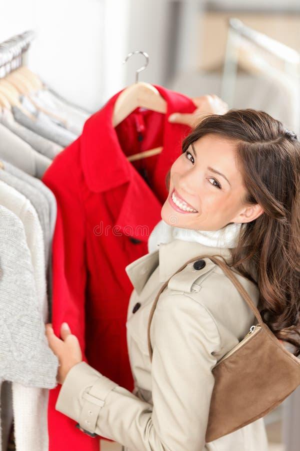 Winkelende vrouw in klerenwinkel royalty-vrije stock foto