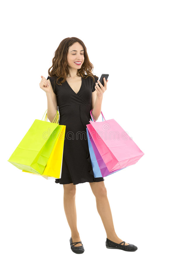 Winkelende vrouw met haar slimme telefoon stock afbeelding