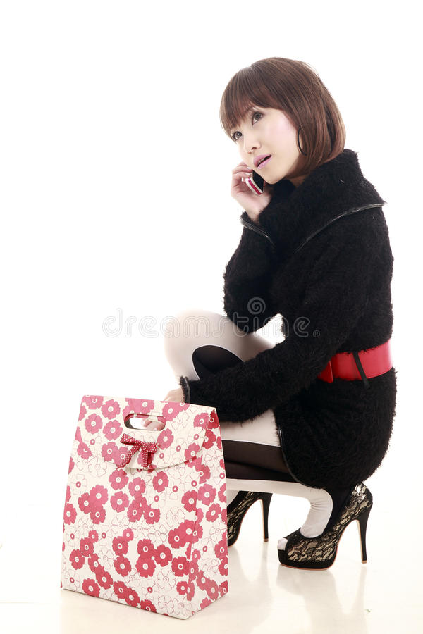 Winkelende vrouw op telefoon stock fotografie