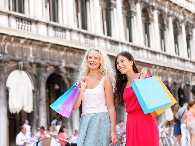 Winkelende vrouwen - meisjesklanten met zakken, Venetië stock afbeeldingen