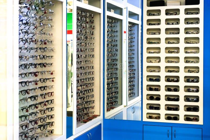 winkelglazen Tribune met glazen in de geschiedenis van optica Grote selectie van verschillende glazen stock fotografie