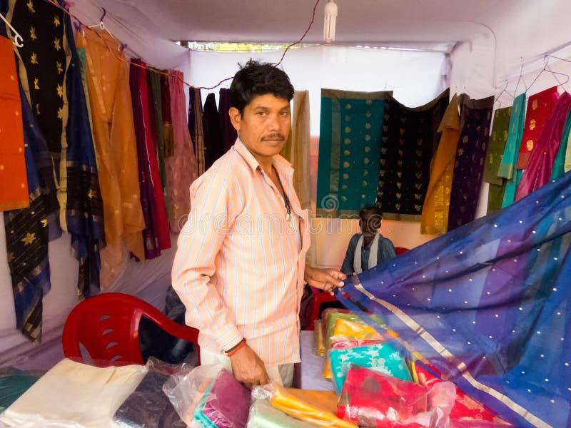 Winkelier die beroemde Chanderi Sari tonen royalty-vrije stock foto