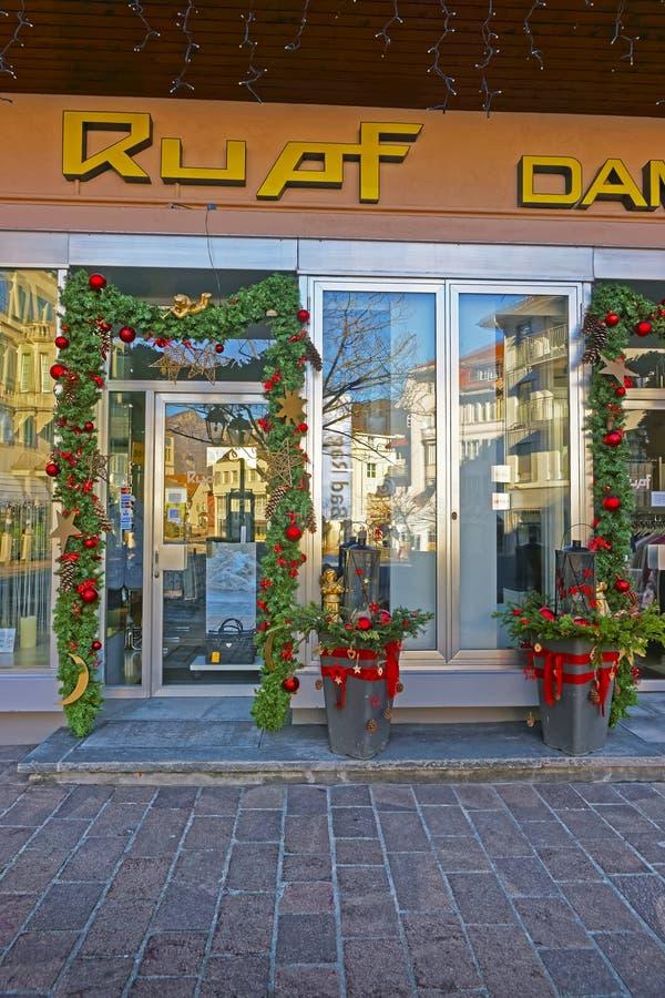 Winkelingang met Kerstmisdecor in Slechte Ragaz stock afbeeldingen