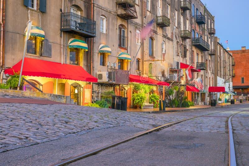 Winkels en restaurants bij Rivierstraat in de Savanne van de binnenstad in Duitsland stock foto's