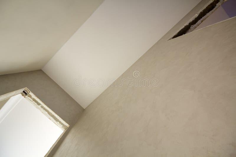 Winkelsicht der neuen unfertigen Wohnung unter Rekonstruktion Weiße Decke, vergipste Wände, Türöffnungen Bau und lizenzfreie stockbilder