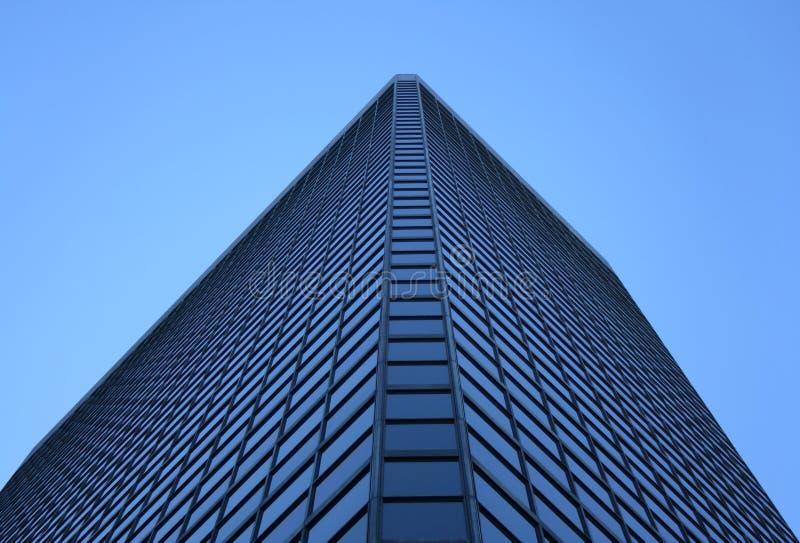 Winkelsicht eines Glas-windowed Bürokontrollturms stockfotografie